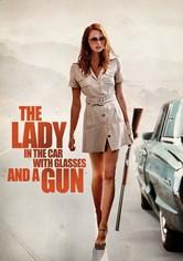 Die Dame im Auto mit Brille und Gewehr